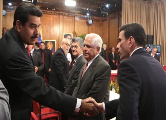 Maduro da mano a Capriles