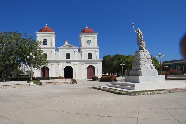 Parroquia de San Fulgencio en Gibara. Al lado la Biblioteca Municipal donde el reportero no encontró ni uno de los libros de Cabrera Infante (foto del autor)