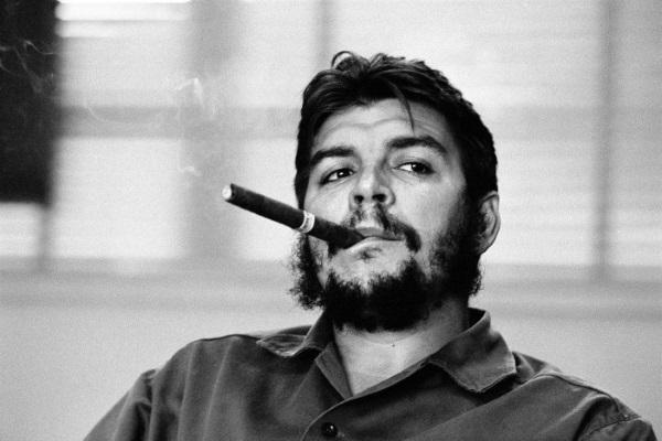 Che Guevara, ¿el mate del estribo o el de la bombilla apuntando hacia atrás?