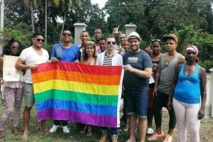 Periodista estadounidense Michael Lavers junto a miembros de organización independiente LGBT (foto del autor)