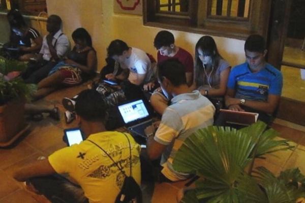 Jóvenes cubanos conectados a wifi (foto de archivo)