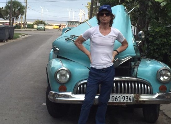 Rolling Stones en Cuba Mick-jagger-clearly-is-not-driving-a-brand-new-car-in-cuba-100870_1