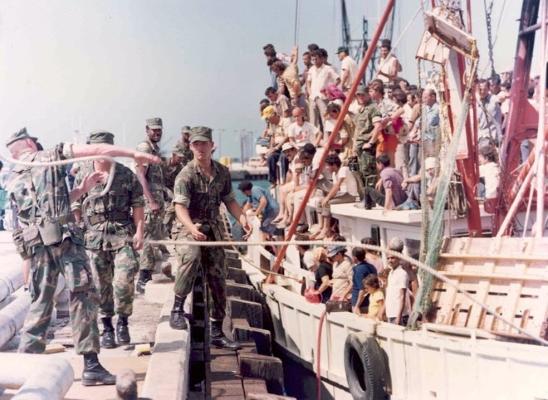 """Son varios los casos de """"marielitos"""" que aún aguardan orden de deportación. En la imagen, llegada de un barco cargado de cubanos durante el éxodo de Mariel en 1980 (adst.org)"""